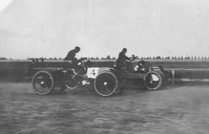 Henry Ford con el número cuatro a punto de adelantar para ganar la carrera de Grosse Pointe, Detroit, en 1901 | US ISC Images & Archives via Getty Images