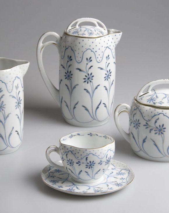 Thumbnail for the Expozice Ostrovského porcelánu ve dvoraně zámku page.
