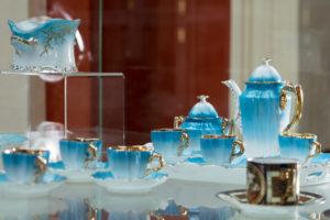 Zámek Ostrov - dvorana - expozice porcelánu