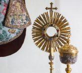 Bohoslužebné předměty - roucho, monstrance, kalich