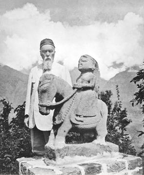 Долина Кулу. Н.К.Рерих со статуей Гуга Чохана