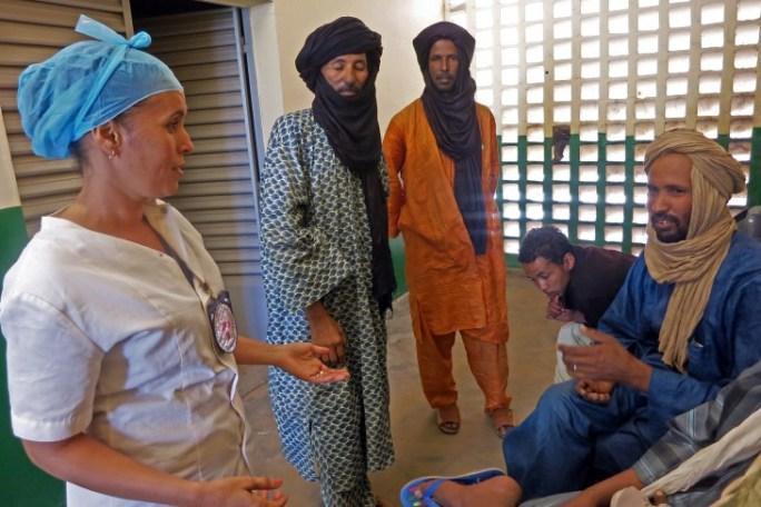Hôpital de Gao, Mali. Azahara rassure la famille d'un blessé et lui explique comment l'hôpital prend soin de lui. CC BY-NC-ND / CICR