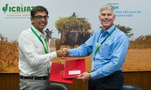 Signing of MOA to collaborate on Smart Food promotions including Smart Food Signature Products. From left: Mr Vikram Sankaranarayanan, Managing Director, SanLak Agro-Industries and Dr Bergvinson