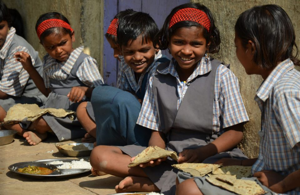 """School children in Maharashtra eating high iron pearl millet """"bhakri"""" (flat bread) as part of their mid-day meal. Photo: Alina Paul-Bossuet, ICRISAT"""