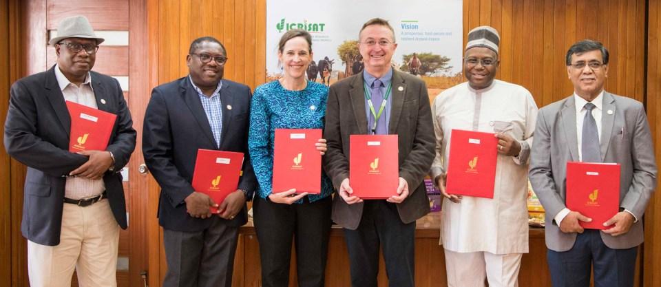 (L-R) Dr Abdulai Jalloh, CORAF; Mr William Asiko, FANRPAN; Ms Joanna Kane-Potaka, Assistant Director General-External Relations, ICRISAT, and Smart Food Executive Director; Dr Peter Carberry, Director General, ICRISAT, Dr Yemi Akinbamijo, FARA and Dr Ravi Khetarpal, Executive Secretary, APAARI at the signing of agreements on 13th January, 2019 at ICRISAT, India.