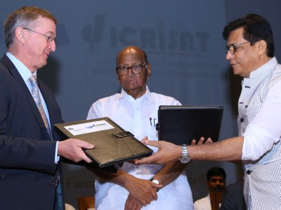 Dr Peter Carberry (L) and Mr Rajendra Pawar exchange the signed MoU documents as Mr Sharad Pawar looks on. Photo: KVK-Baramati.