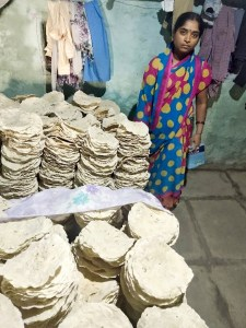 Muktha Bai sells about 5000 rotis per month and makes a net income of ` 10,000 per month. Photo: ICRISAT