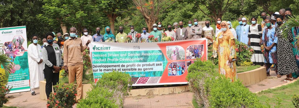 Participants to the workshop holding the messages on banners of the event. Photo: N Diakite, ICRISAT