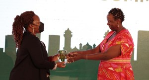 Dr Rebbie Harawa receiving the Africa Food Prize at the AGRF 2021 Summit. Photo: ICRISAT