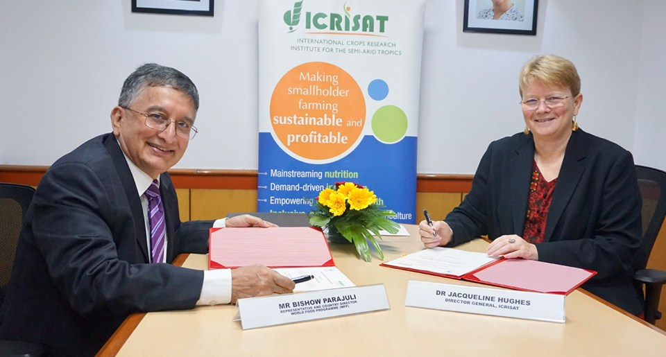Mr Bishow Parajuli, WFP India Representative and Country Director, and Dr Jacqueline Hughes, Director General, ICRISAT, sign a Memorandum of Understanding in a meeting at Delhi. Photo: WFP/ ICRISAT