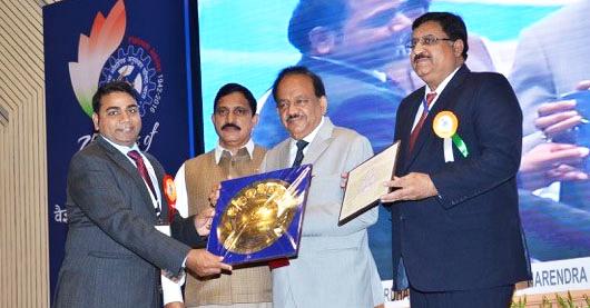 rajeev-v-reciving-award