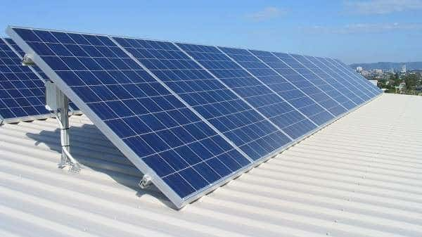 Panneaux photovoltaïques sur le toit d'un gymnase