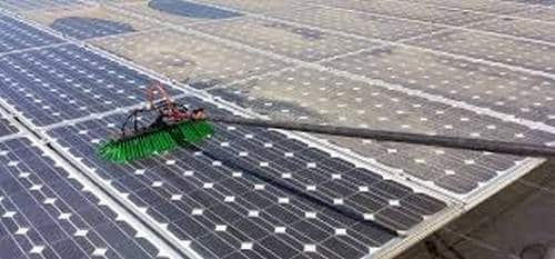 L'image montre clairement une différence d'alimentation solaire entre les panneaux nettoyés dans les rangées un à quatre et les panneaux non nettoyés dans les rangées cinq à huit