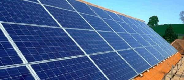 montage de panneaux photovoltaïques sur toit incliné