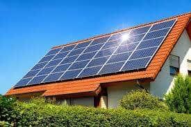 Installation de panneaux solaires sur le toit d'une maison