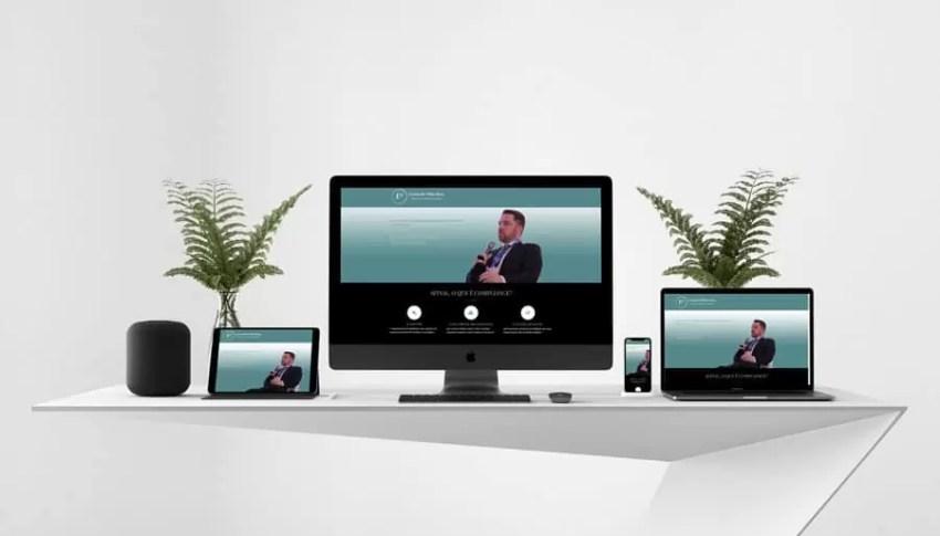 Site em formato responsivo sendo exibido em um tablet, um desktop, um notebook e um smartphone, todos sobre uma mesa branca com dois vasos de plantas sobre ela e um home assistant no canto esquerdo da mesa.