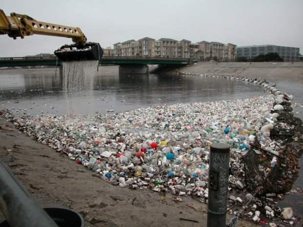 de residuos plásticos en la desembocadura del río de la ciudad de los Angeles