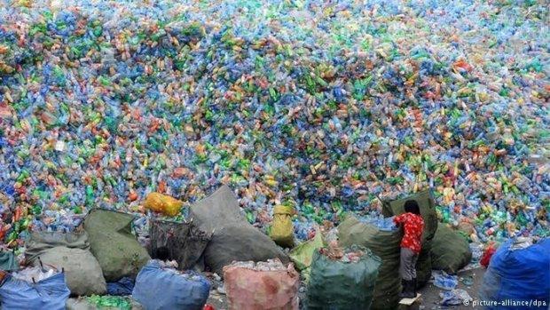 montañas de botellas de plástico en una planta de reciclaje en Zhengzhou