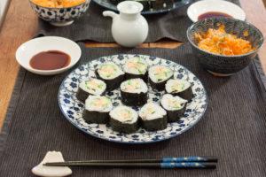 maki suhi au saumon sur assiette