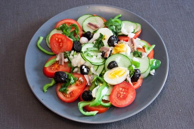 Salade niçoise sur assiette