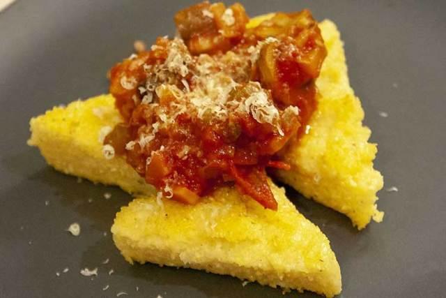 polenta grillée à la sauce tomate