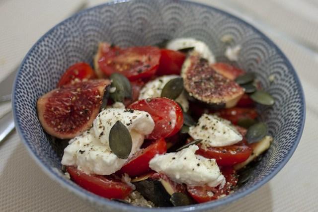 salade de quinoa aux figues, tomates cerises et mozzarella