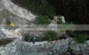 giardino con aiuole in pietra