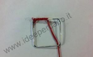 Coprire il filo di ferro con spago colorato