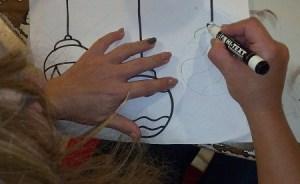 Disegnare la forma delle palline di Natale su un foglio di carta