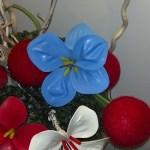fiore fatto con palloncino gonfiabile celeste