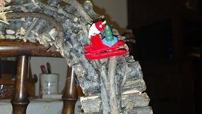 incollare delle decorazioni sulla ghirlanda di legno