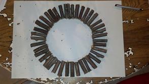 disporre i legnetti sul cartone di forma circolare