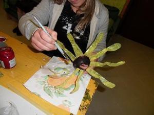 dipingere i petali del fiore di plastica riciclata