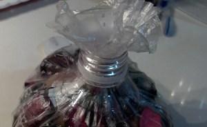 Inserire busta per alimenti nel collo di bottiglia tagliato