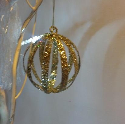 pallina di Natale fai da te con plastica riciclata e glitter