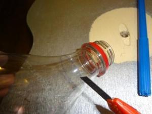 tagliare il collo della bottiglia di plastica