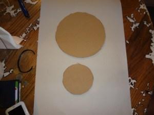 tagliare due dischi di cartone