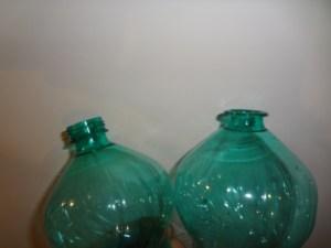 tagliare la parte filettata dove va avvitato il tappo delle bottiglie di plastica