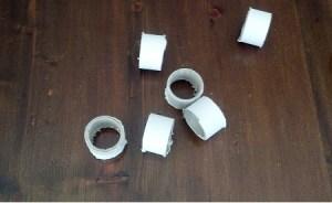 tagliare il rotolo di cartone ed ottenere dei cerchietti