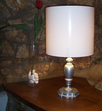 Dipingere una vecchia lampada da tavolo stile shabby chic for Decorare stanza shabby chic