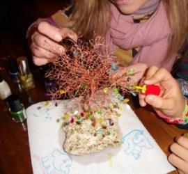 colorare con lo smalto per le unghie le foglie dell'albero di rame