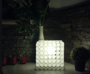 lampada ecodesign con tappi di plastica