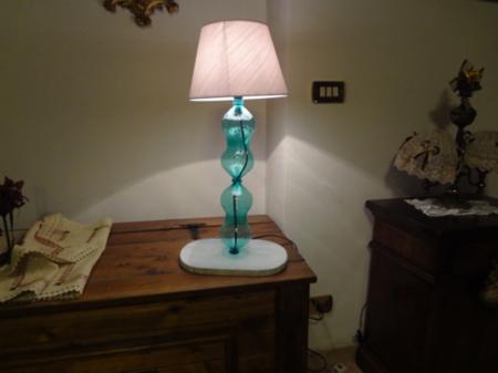 Come fare una lampada con le bottiglie di plastica - www.ideepercaso.it