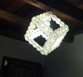 Fare un lampadario con i tappi di plastica