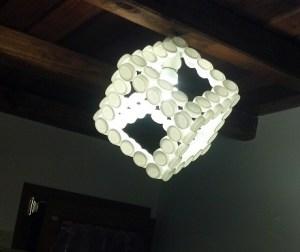 lampadario-cubo-tappi-plastica