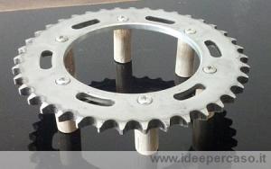 upcycling come trasformare una corona di trasmissione della moto in un elegante sottopentola da corsa superbike