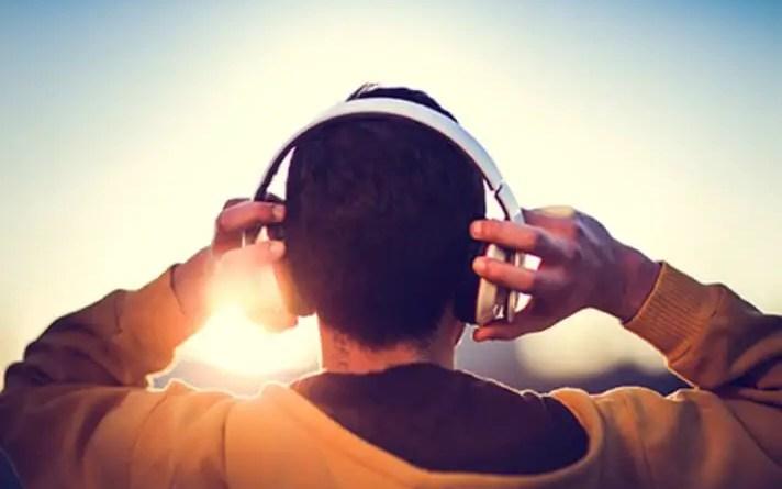 Homme écoutant de la musique au soleil couchant