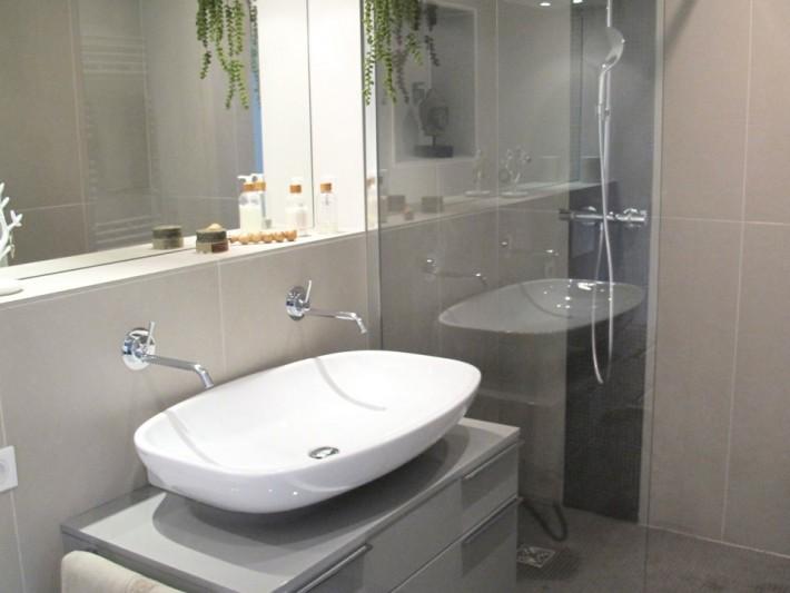 Carrelage Grand Format Inside Creation Grande Vasque Blanche Pose Sur Meuble De Salle De Bains Ideesmaison Com