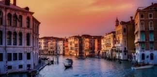 Venezia-gondole-canali-tramonto