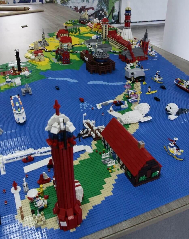 Hel-i-jego-charakterystyczne-budowle-z-klocków-Lego-Ideo-Klocki.jpg